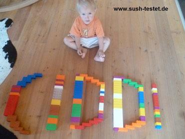 Kind mit Ciddi Steinen