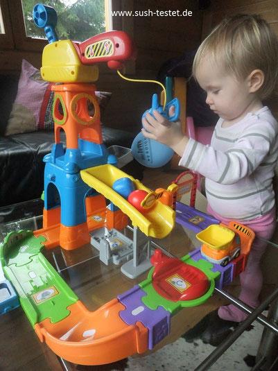 Niki beim Aufbauen TUT TUT Baustelle