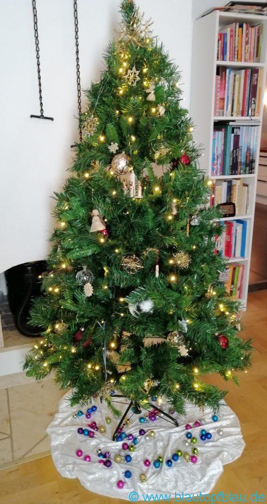künstlicher Weihnachtsbaumklassisch geschmückt